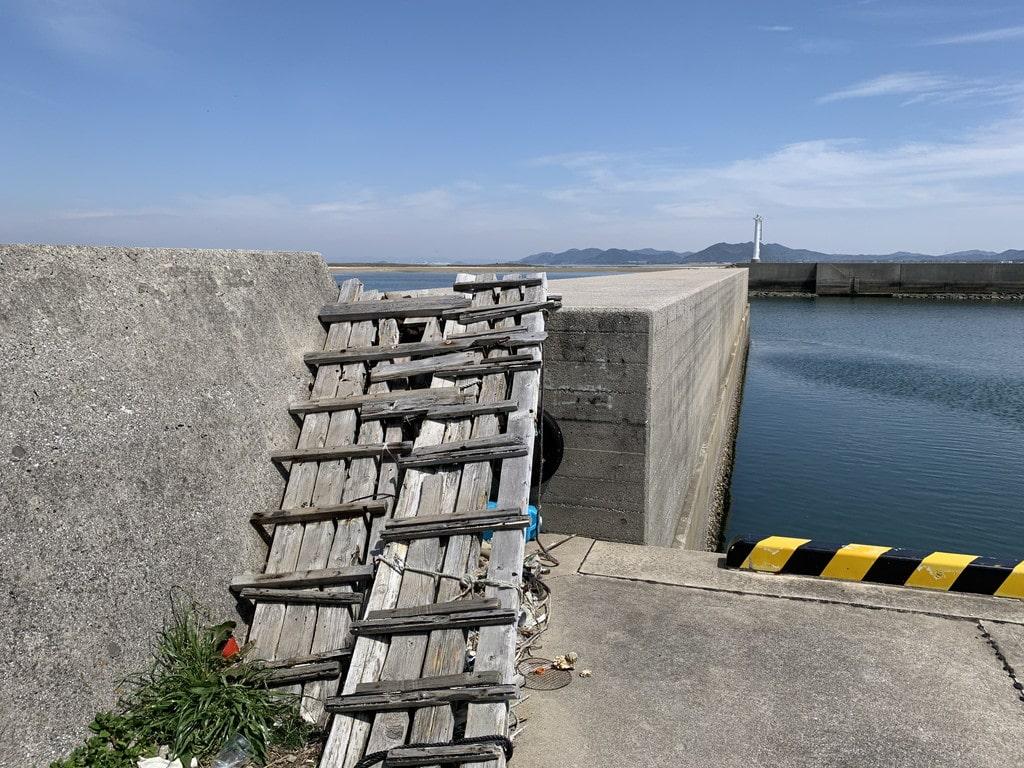 堤防登り口